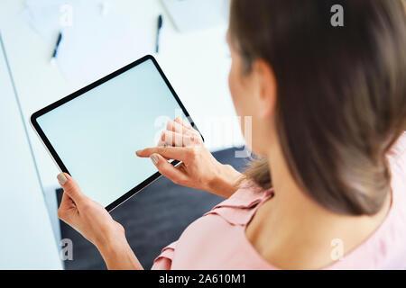 Ansicht von oben von Frau mit Tablet-PC im Büro - Stockfoto