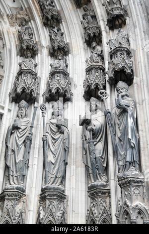 Details der religiösen christlichen Statuen im Inneren der Kirche. - Stockfoto