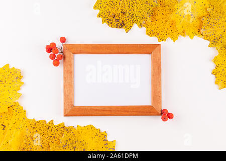 Herbst Stil Bilderrahmen mit Kopie Raum durch trockene gelbe Blätter umgeben - Stockfoto