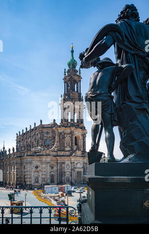 Die Bauarbeiten werden auf dem Schlossplatz vor dem Gericht kirche kathedrale Alias alias Hofkirche in Dresden, Sachsen, Deutschland im Gange. - Stockfoto