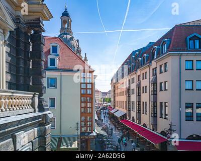 Touristische Blick hinunter Munzgasse Lane an der Frauenkirche in der historischen Altstadt von Dresden, Sachsen, Deutschland. - Stockfoto