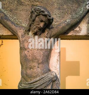 Stein Kruzifix und Skulptur im Kirchhof der Kirche Maria am Wasser (Maria von der Gewässer) in Hosterwitz, Dresden, Sachsen, Deutschland. - Stockfoto