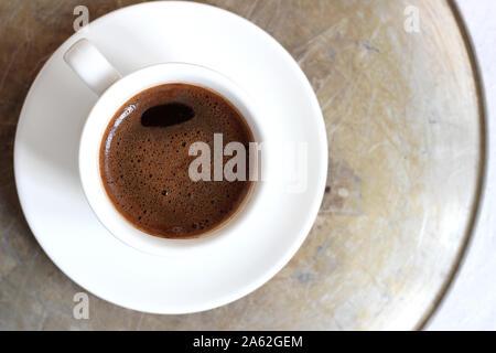 Ansicht von oben, eine Tasse schwarzen Kaffee. Frisch gebrühter Kaffee in Demitasse Cups. - Stockfoto