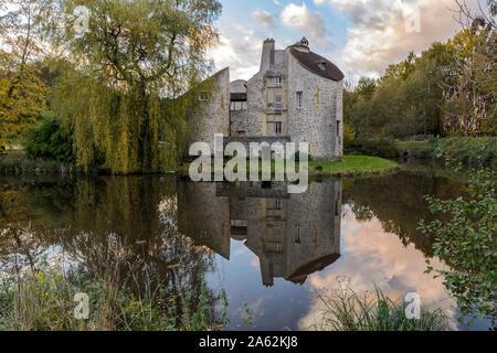 Enghien-les-Bains, Frankreich - November 10, 2013: Das Jagdschloss ('Château de la Chasse') in einem Teich bei Sonnenuntergang widerspiegelt, im Wald von Montmorency entfernt. - Stockfoto