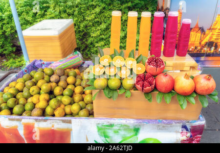 Orangen und Granatäpfel und frische Säfte aus diese Früchte zum Verkauf auf einer Straße in Bangkok. - Stockfoto