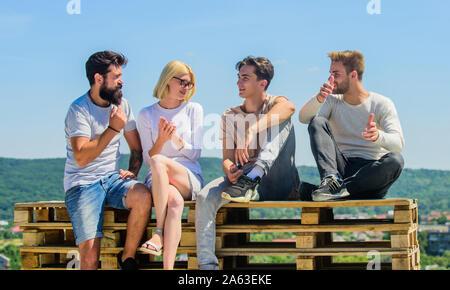 Wie wir die Zeit zusammen verbringen. beste Freunde. Sommer Urlaub. Gruppe von vier Personen. Ideal für Tag. Junge Menschen reden. Gruppe von Menschen in Freizeitkleidung. glückliche Männer und Mädchen entspannen. - Stockfoto