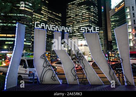 Seoul Korea, 24. September 2019: Gangnam Style Neon Licht mit der Koreanischen Sänger Spion auf Gangnam Platz und Gebäude im Hintergrund in der Nacht in Seoul - Stockfoto