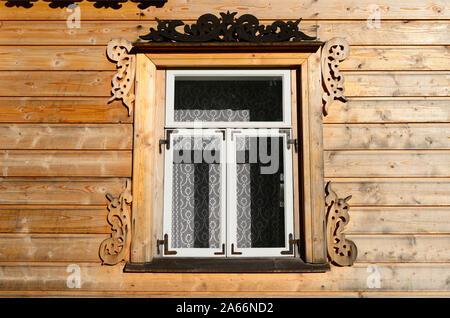 Fenster eines Hauses einer russischen Altgläubigen Fischer. Dieses Haus der Pechonkin, die Namen ihrer Besitzer, wurde vermutlich im Jahre 1863 in der Stadt von Kalla gebaut - Stockfoto