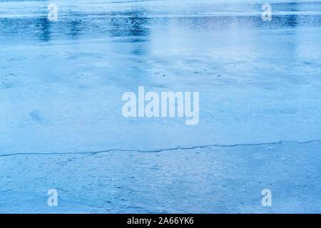 Formen des Winters, das erste Eis auf Reykjavik Teich im späten Oktober - Stockfoto