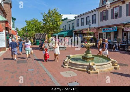 Kunden, Freunden, Touristen zu Fuß in einer Einkaufsstraße, reden, lachen und gehen in den Geschäften an einem schönen Tag. - Stockfoto