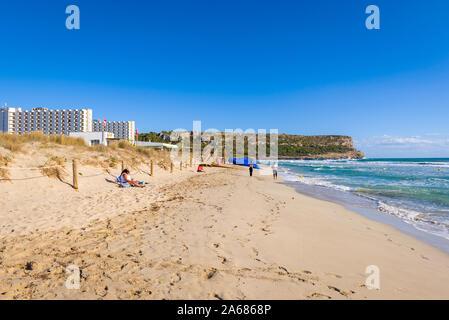 Menorca, Spanien - 15. Oktober 2019: Strand Son Bou, einer der beliebtesten Strände auf der Insel Menorca. Spanien. - Stockfoto