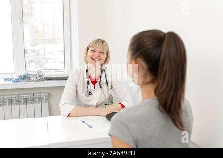 Physiotherapeut junge Mädchen an der Rezeption von einem Physiotherapeuten in einer medizinischen Klinik. - Stockfoto