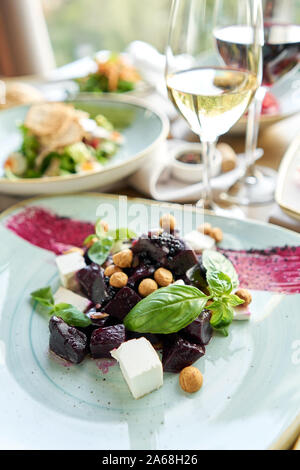 Gesunde Ernährung Essen. Italienischer Salat mit roter Bete. Vielfalt der Gerichte auf den Tisch. Verschiedene Snacks und Vorspeisen auf dem Tisch. Menü im Restaurant. Italienisch