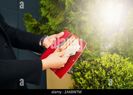 Geld und Kreditkarten. Mädchen mit der Brieftasche in den Händen. - Stockfoto