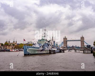 HMS Belfast, eine Stadt-class Light Cruiser für die Royal Navy gebaut. Jetzt durch das Imperial War Museum betrieben und permanent auf der Themse festgemacht, - Stockfoto