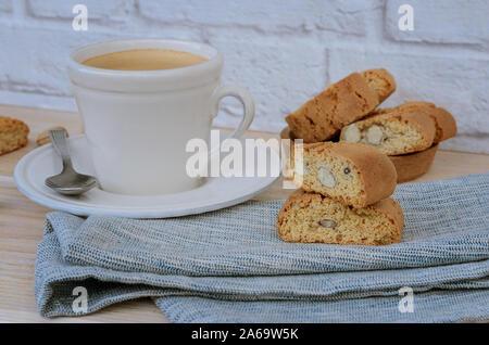Hausgemachte Kekse Cantuccini, Italienisch Mandeln Süßigkeiten Kekse mit Tasse Kaffee auf woodem Tabelle. Frische Italienische cookies cantucci Hintergrund. - Stockfoto