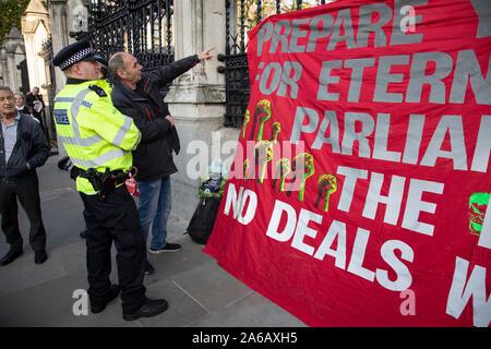 """An dem Tag, an dem der Ministerpräsident seine Brexit Rechnung für eine Abstimmung im Unterhaus bringt, Pro Brexit anti Europäische Union verlassen Demonstranten Demonstration in Westminster eine Fahne, die lautet: """"Bereitet euch zur ewigen Anarchie - das Parlament gegen die Menschen - Kein beschäftigt sich die EU 'wit am 22. Oktober 2019 in London, England, Vereinigtes Königreich. Brexit ist der geplante Rückzug des Vereinigten Königreichs aus der Europäischen Union. Nach einem Referendum im Juni 2016, in der 51,9% der teilnehmenden Wähler gestimmt zu verlassen. - Stockfoto"""