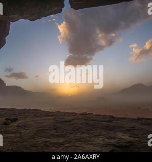 Sonnenuntergang in der jordanischen Wüste des Wadi Rum, diese atemberaubende Sonnenuntergang wirklich dich umhauen. Das beeindruckend zu sehen, wie die Sonne verschwindet - Stockfoto