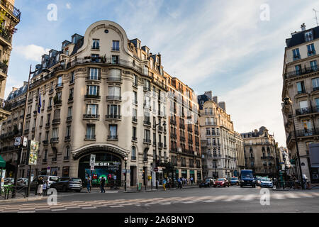 Schnittpunkt der Boulevard Saint Germain und Rue de Buci mit neo-renaissance Architektur und Boutiquen, Paris - Stockfoto