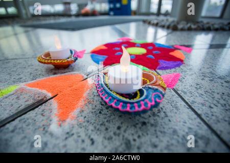 Hemel Hempstead, Großbritannien. 24. Okt 2014. Jährliche Hindu Diwali Festival des Lichts. - Stockfoto