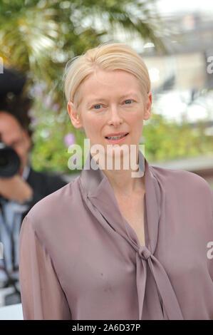 """CANNES, Frankreich. Mai 16, 2012: Tilda Swinton am Fotoshooting für ihren neuen Film 'Moonrise Königreich"""" am 65. Festival de Cannes. © 2012 Paul Smith/Featureflash - Stockfoto"""