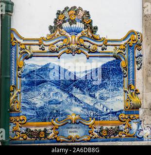 Pinhao, Portugal - 13 August 2019: glasierte Fliesen von J. Oliveira, der Darstellung der Region Douro und Portwein. - Stockfoto