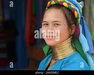 """Junge Myanmarese Kayan Lahwi longneck Frau (""""giraffe Frau"""") mit polierten tribal Padaung messing Gewindehälften/Spulen posiert für die Kamera."""
