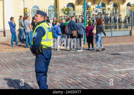 Polceman im Dienst vor dem Präsidentenpalast in Helsinki Finnland - Stockfoto