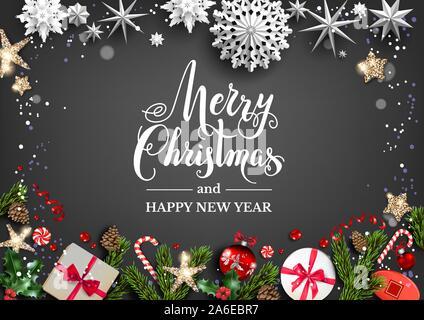 Festliche Tafel mit Weihnachtsschmuck und Kugeln, Sterne, Geschenkboxen, Fir Tree Branches. Winterurlaub Vorlage mit Frohe Weihnachten Schriftzug - Stockfoto
