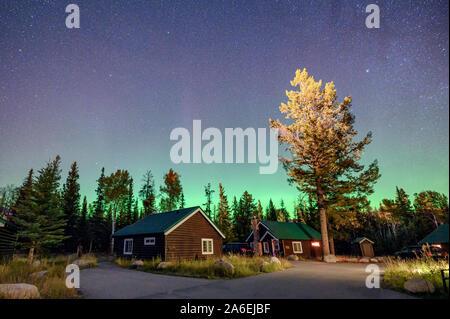 Aurora Borealis, Nordlichter über Ferienhaus aus Holz im Nationalpark Jasper, Kanada Stockfoto
