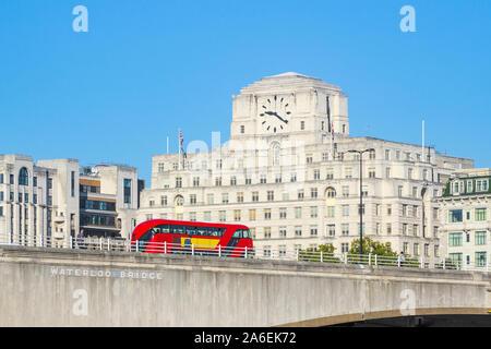 Waterloo Bridge mit einem vorbeifahrenden Bus und Fassade von Shell Mex Haus im Hintergrund in London - Stockfoto