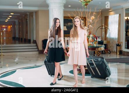 Junge Mädchen in der Nähe der Rezeption im Hotel. Junge Mädchen kommt zu dem Hotel - Stockfoto
