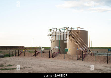 Zwei Tanks verwendet Rohöl zu speichern, nachdem Sie aus dem Boden gepumpt wird. - Stockfoto