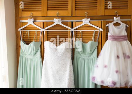 Hochzeit Kleid, und Brautjungfern Kleider hängen an Neuheit Holz Kleiderbügel, für die Hochzeit bereit - Stockfoto