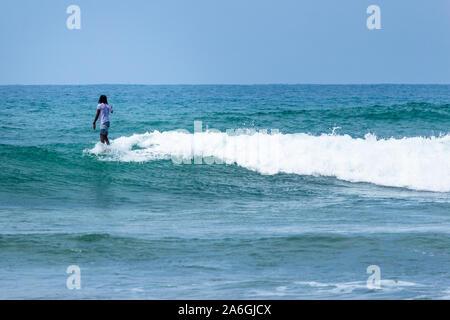 Hikkaduwa, Sri Lanka - 10/18/2019 - Pro Surfer Surfen an der Sri Lanka Strand - Stockfoto