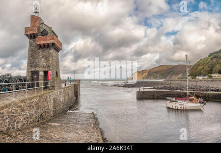 Boote in den hübschen Hafen von Lynmouth in North Devon, Großbritannien bei Hochwasser - Stockfoto