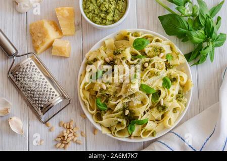 Große Portion Nudeln mit frischem Basilikum Pesto und Pinienkernen