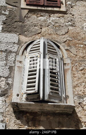 Alte Fenster mit einem hölzernen Shutter - Stockfoto