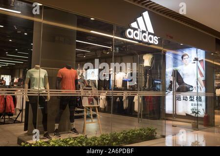 ADIDAS in China: Shop Fassade während eines speziellen Verkauf, dieser berühmten deutschen Marke macht populäre Sport Kleidung, China vom 17. Juni 2019 - Stockfoto