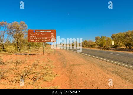 Uluru, Northern Territory, Australien - 22.August 2019: Lasseter Highway Schild, einem 244 Kilometer langen Highway verbindet Yulara, Ayers Rock Resort, Kata - Stockfoto