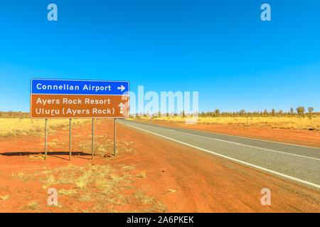 Uluru, Northern Territory, Australien - 22.August 2019: Lasseter Highway Schild Richtung Connellan Flughafen Ayers Rock Resort und Uluru. Tourismus in - Stockfoto