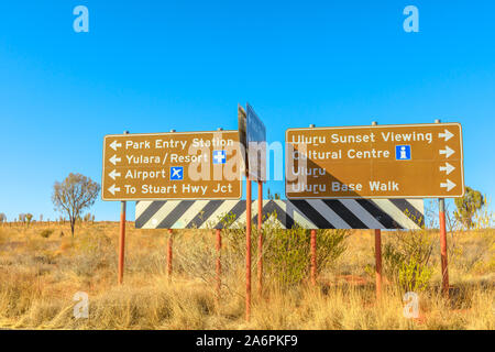 Uluru, Northern Territory, Australien - 25.August 2019: Uluru - Kata Tjuta National Park Richtung: Yulara, Ayers Rock Resort, Stuart Highway, Flughafen - Stockfoto