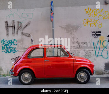 Rot Fiat 500 vor Graffiti Wand geparkt Pisa Italien - Stockfoto