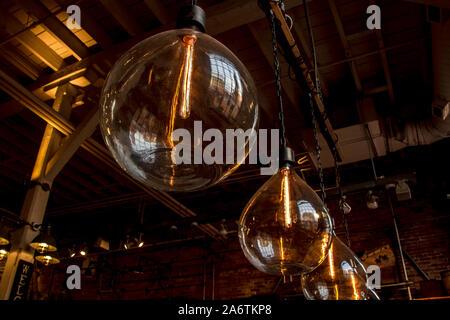 Vintage große hängende Glas Glühbirnen mit orange glow - Stockfoto