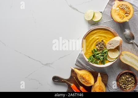 Blick von oben auf die herbstlichen Kartoffelpüree Kürbis Suppe auf Marmor Oberfläche - Stockfoto