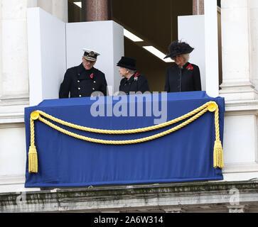 Ihre Majestät die Königin und der Herzog von Edinburgh und die Herzogin von Cornwall vom Balkon aus beobachten, wie die anderen Mitglieder der britischen königlichen Familie politische Führer und Mitglieder der öffentlichkeit für Trauerfeier bei einer Kranzniederlegung am Ehrenmal in Whitehall, London, England. November 2017. - Stockfoto