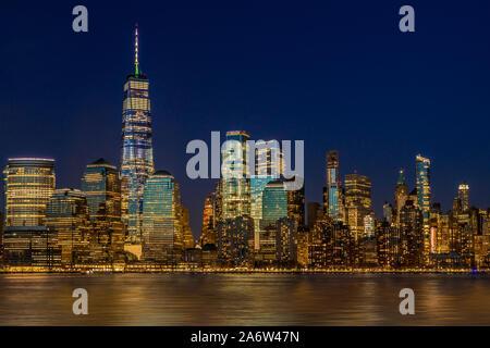Manhattan NYC Skyline Dämmerung - der Lower Manhattan, New York Skyline der Stadt während der Blauen Stunde der Dämmerung. - Stockfoto