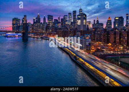 Brooklyn Bridge und Lower Manhattan Skyline von oberhalb der FDR Highway und dem Finanzviertel entfernt. - Stockfoto
