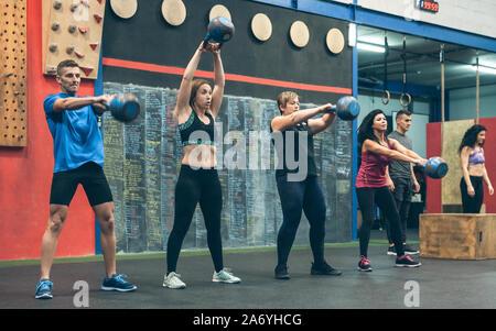 Athleten Training mit Kettlebells im Innenbereich - Stockfoto