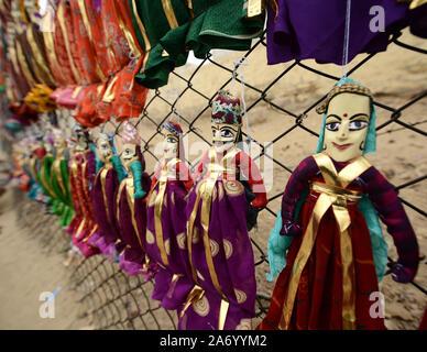 Handgemachte Puppen zum Verkauf an einer Craft Market bei Jaisalmer Stadt Palast im indischen Bundesstaat Rajasthan. - Stockfoto